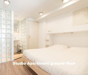 A bed or beds in a room at Hotel De Vischpoorte, aan de IJssel en hartje Deventer, hotelkamers en appartementen met keukens