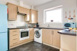 A kitchen or kitchenette at Wolverhampton City Stay II
