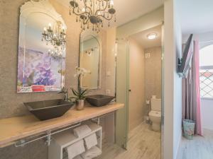 A bathroom at Rey Don Pedro Luxury Home