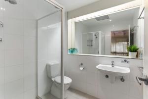A bathroom at Kananda Beach House