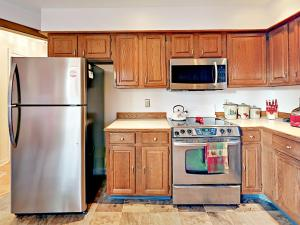 A kitchen or kitchenette at 14 Maddocks Rd Condo