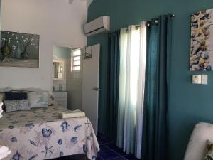 Cama ou camas em um quarto em Oceanfront Townhome in Marazul Dive Resort