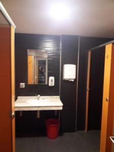A bathroom at The Way Hostel Arzua