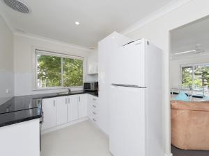 A kitchen or kitchenette at Essendene Road, Box Beach Retreat, 29