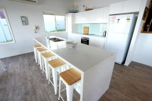 A kitchen or kitchenette at Kalimna - Blue Bay, NSW