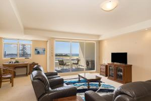 A seating area at Ocean Views Unit 15 - The Entrance, NSW