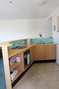 A kitchen or kitchenette at The Oaks Waterfront Resort, Unit 502