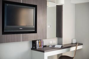 A television and/or entertainment centre at Napatra Hotel