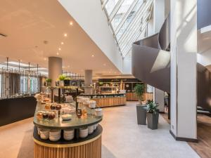 A restaurant or other place to eat at Hilton Garden Inn Frankfurt City Centre