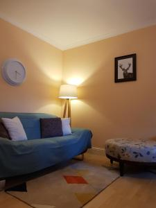 A seating area at One Bedroom Flat by Stirling Castle