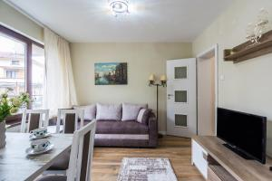 A seating area at Luxury new two bedroom apartment