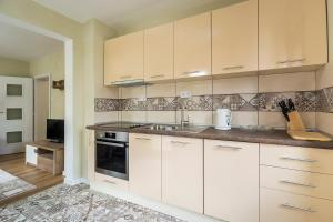 A kitchen or kitchenette at Luxury new two bedroom apartment