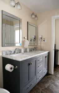 A bathroom at Arrowhead Inn