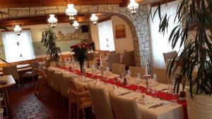 Ein Restaurant oder anderes Speiselokal in der Unterkunft Hotel Sternen