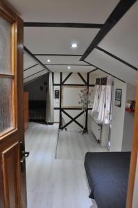 Двухъярусная кровать или двухъярусные кровати в номере Hostel and Apartment Cherdak