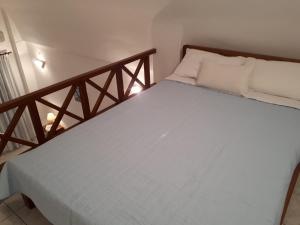 A bed or beds in a room at Hotel Paradisos Oia