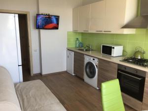 Кухня или мини-кухня в Apartment on Halturina 11