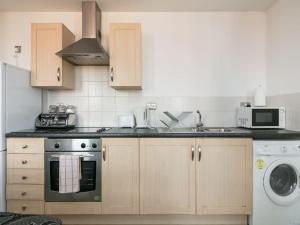 A kitchen or kitchenette at Deluxe 2 Bed Apartment