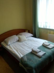A bed or beds in a room at Pensjonat Iskra