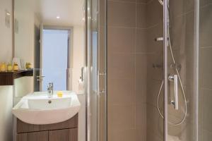 Ein Badezimmer in der Unterkunft Pelican London Hotel and Residence