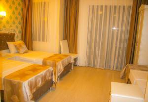 Кровать или кровати в номере Deluxe Newport Hotel