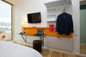 A television and/or entertainment centre at Sleeperz Hotel Newcastle