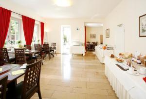 مطعم أو مكان آخر لتناول الطعام في فندق بيدرشتاين أم انغليشن غارتن
