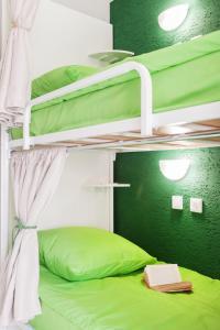 Двухъярусная кровать или двухъярусные кровати в номере ЛаKшеРи project hotel and hostel