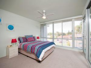 A bed or beds in a room at Marine Drive, Cirrus, Unit 6, 44