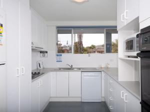 A kitchen or kitchenette at Marine Drive, Cirrus, Unit 6, 44