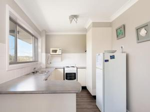A kitchen or kitchenette at Marine Drive, Unit 01, 24, Surfair