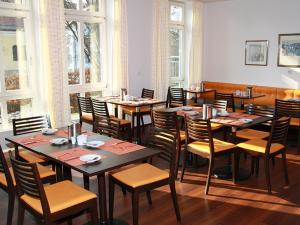 A restaurant or other place to eat at Stadthotel Berggeist