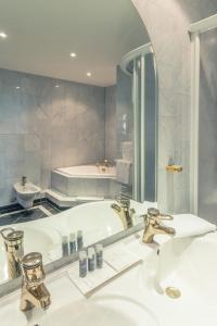 Ein Badezimmer in der Unterkunft Hotel Schloss Neustadt-Glewe