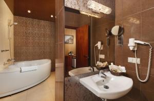 A bathroom at Boutique Hotel Rozhdestvensky Dvorik