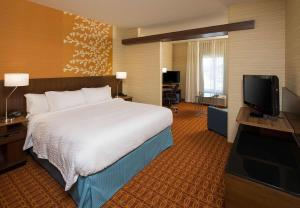 A bed or beds in a room at Fairfield Inn & Suites by Marriott Hershey Chocolate Avenue