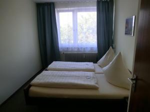 """Ein Bett oder Betten in einem Zimmer der Unterkunft """"Donauhotel Neu-Ulm"""""""