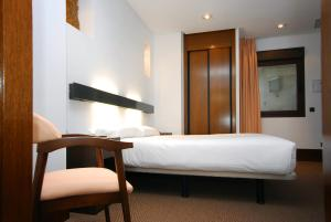 A bed or beds in a room at Hotel Domus Plaza Zocodover