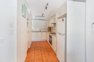 A kitchen or kitchenette at Low Tide on Noosa Sound - Pet Friendly