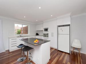 A kitchen or kitchenette at Sandy Point Road, 98, Eden by the Bay