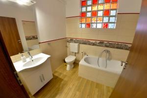 A bathroom at Siebenburgen Apartments