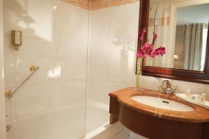 A bathroom at Hotel Duquesne Eiffel