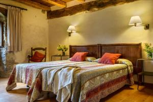 A bed or beds in a room at Hotel Akerreta