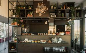 A restaurant or other place to eat at Monte Belvedere Hotel by Shiadu