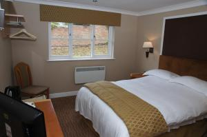 A bed or beds in a room at Narrowboat at Weedon