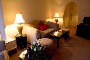 A seating area at Nassim Hôtel