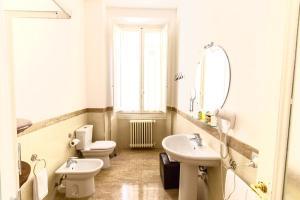 A bathroom at Gourmet B&B Villa Landucci