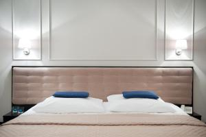 A bed or beds in a room at Hotel Focus