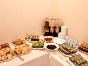 Завтрак для гостей Deluxe Newport Hotel