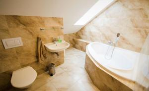 A bathroom at Penzion Na Americe