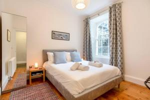 A bed or beds in a room at ALTIDO 2 Bed Apartment in City Centre